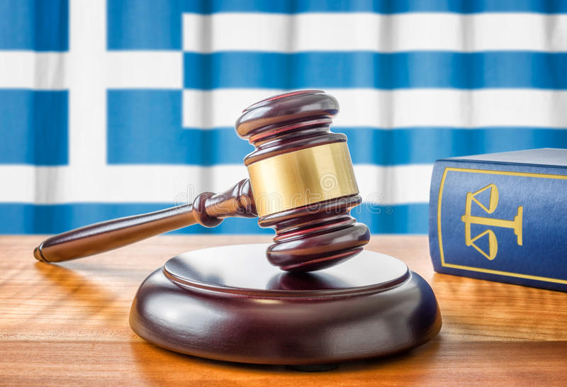 惊堂木和法律书籍-希腊 库存图片