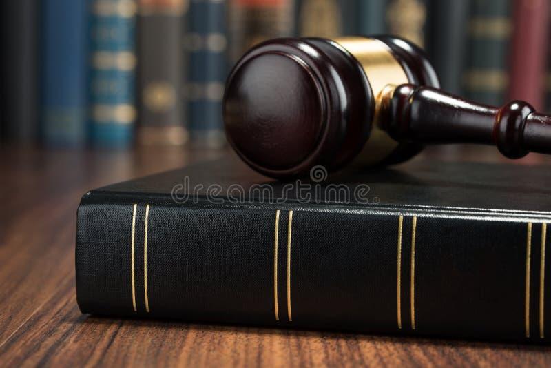 惊堂木和法律书籍 图库摄影