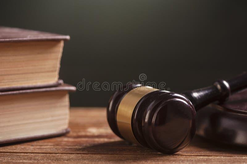 惊堂木和法律书籍 免版税库存图片