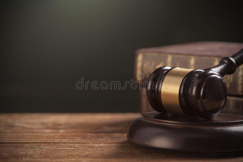 惊堂木和法律书籍 库存图片
