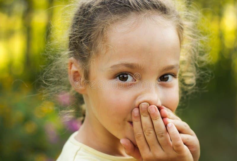 惊奇和看与兴趣的逗人喜爱的小女孩画象  免版税库存照片