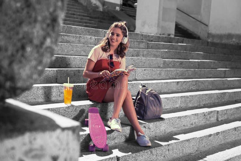 惊奇在与她的朋友的好的步行以后的笑的学生感觉在城市 图库摄影