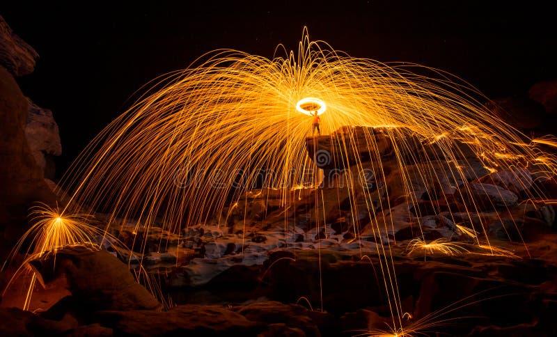 惊奇在晚上的火展示 免版税库存照片
