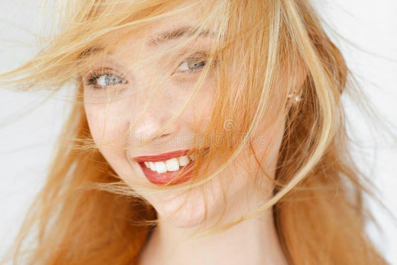 惊奇地微笑的红发女孩画象 库存图片