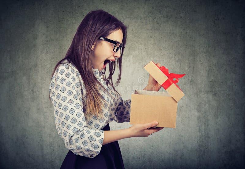 惊奇妇女开头礼物盒 免版税库存照片