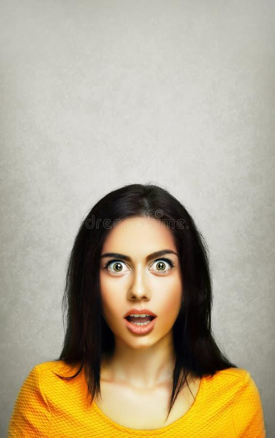 惊奇年轻人惊奇妇女面孔表示  免版税库存图片