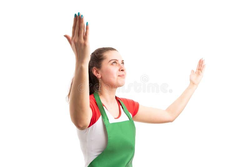 惊奇年轻女性超级市场或大型超级市场雇员 免版税库存图片