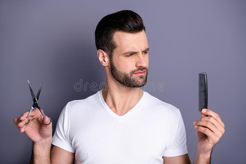 惊奇接近的照片他他他强壮男子的理发店美发师刷子剪发型做的手不肯定的用途用户 库存图片