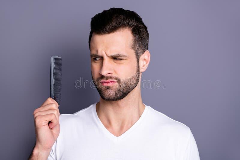 惊奇接近的照片他他他的强壮男子否认不肯定的行动称呼刷子小心发型的新的手臂间的塑料头发 库存照片