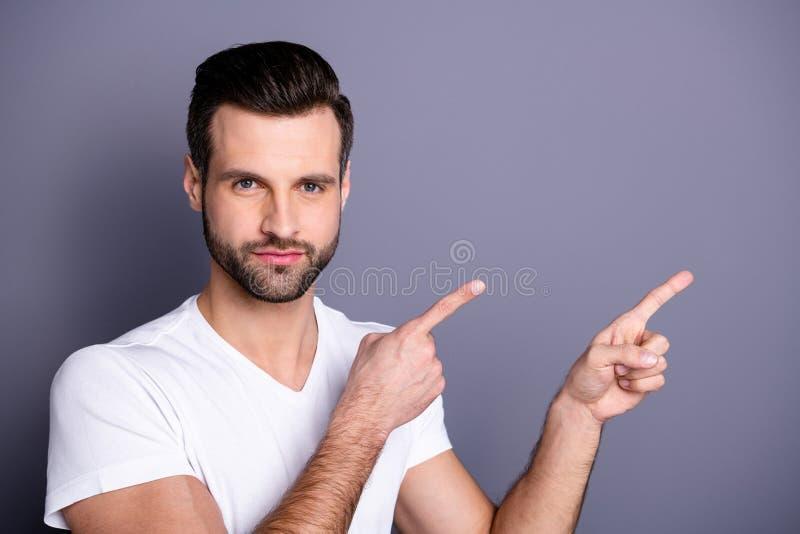惊奇接近的照片他他他表明空的空间的强壮男子的完善的理想的出现整洁的刺毛食指 免版税库存图片