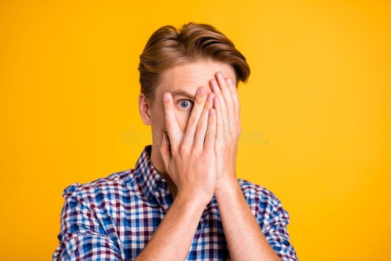 惊奇接近的照片他他的掩藏眼睛的人胳膊手指充分担心的他哦表情史诗失败没有丢失可怕 库存图片