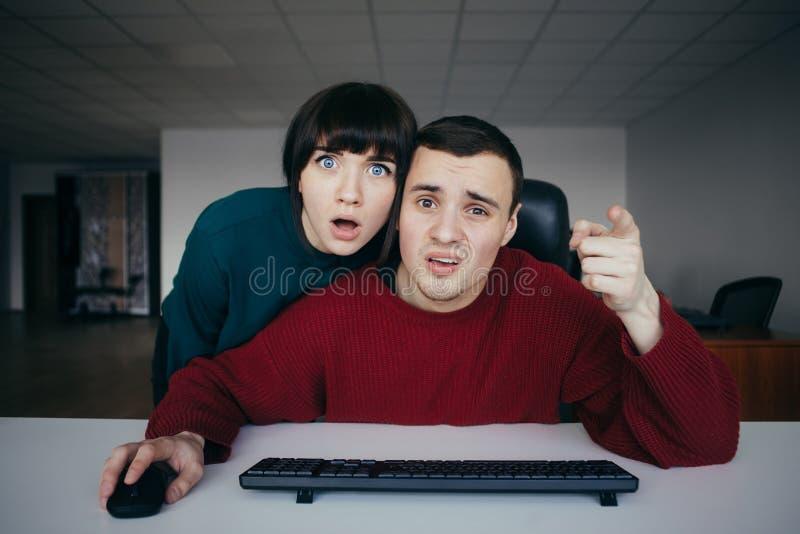 惊奇的人办公室工作者情感地察觉它您在屏幕上看见了在办公室背景  免版税库存照片