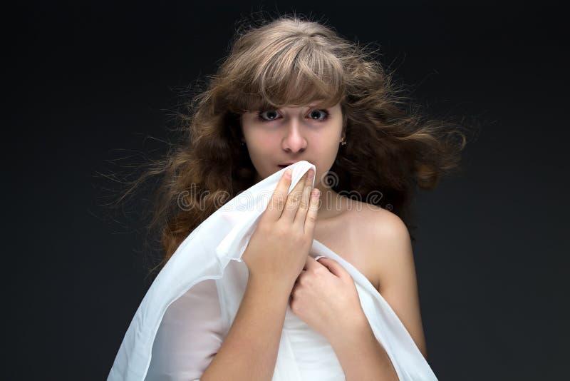 惊奇的十几岁的女孩照片有流动的头发的 免版税库存照片