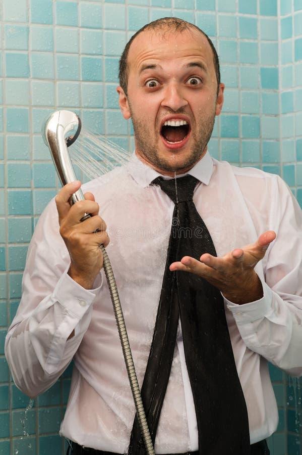 惊奇的商人尖叫在阵雨 库存图片