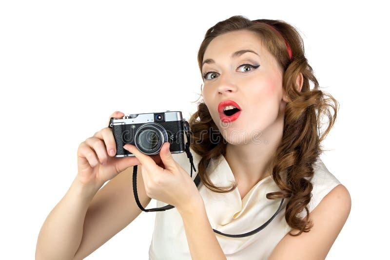 惊奇的妇女的照片有减速火箭的照相机的 免版税库存照片