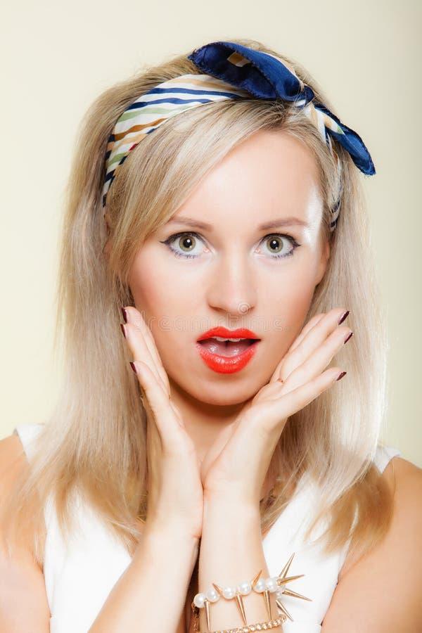 惊奇的妇女面孔,女孩减速火箭的样式开放嘴表情 库存照片