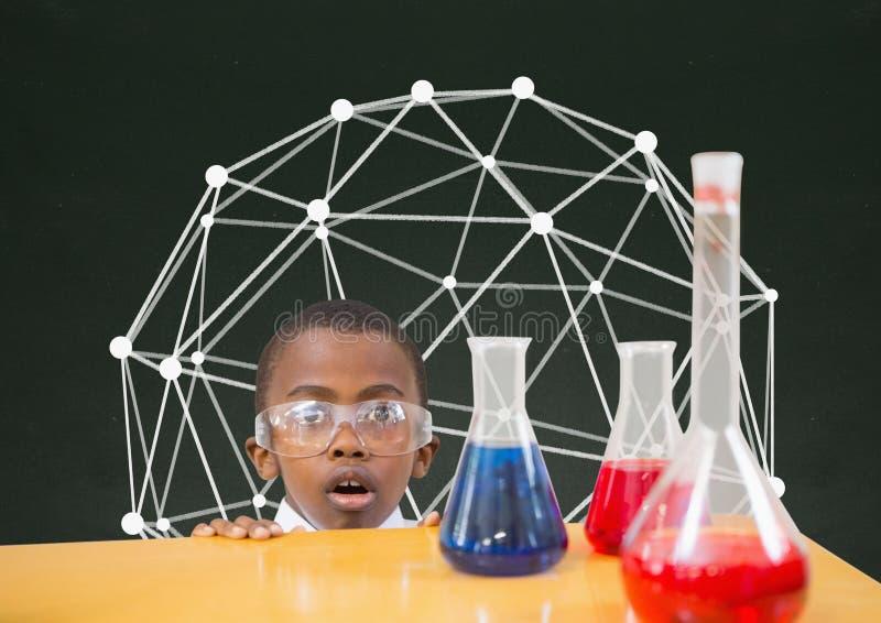 惊奇的学生男孩在反对绿色黑板的桌上有教育图表的 向量例证