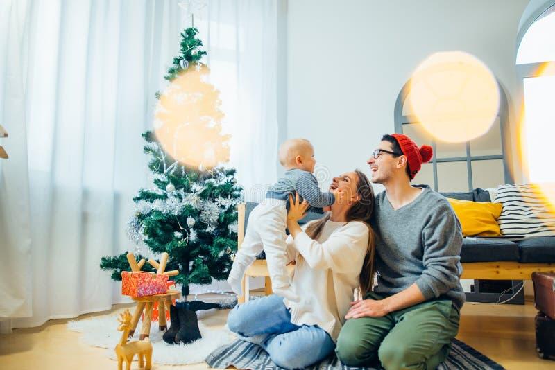 惊奇的家庭圣诞节照片  小父亲母亲 免版税库存照片