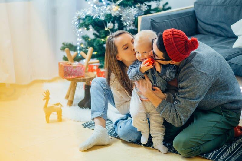 惊奇的家庭圣诞节照片  小父亲母亲 库存图片