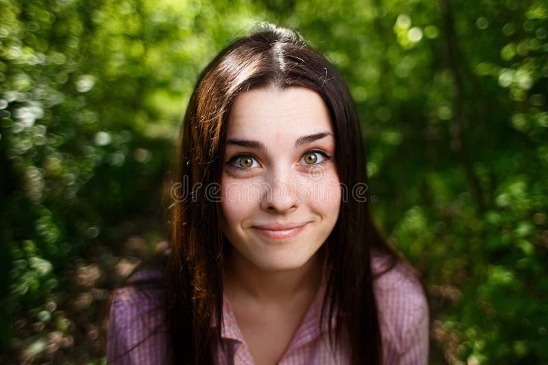 惊奇的微笑的逗人喜爱的少妇画象有感情宽的 免版税库存图片