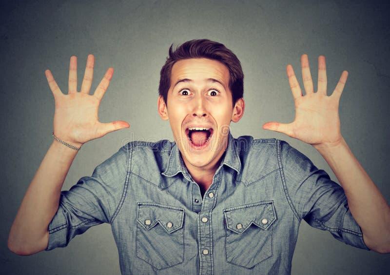 惊奇的愉快年轻人变的疯狂叫喊超级激动 免版税库存图片