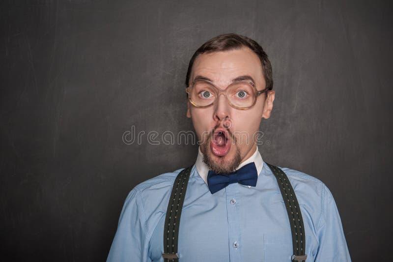 惊奇的滑稽的老师或商人黑板的 免版税库存照片