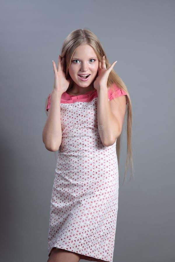 惊奇的美丽的金发碧眼的女人 免版税库存照片