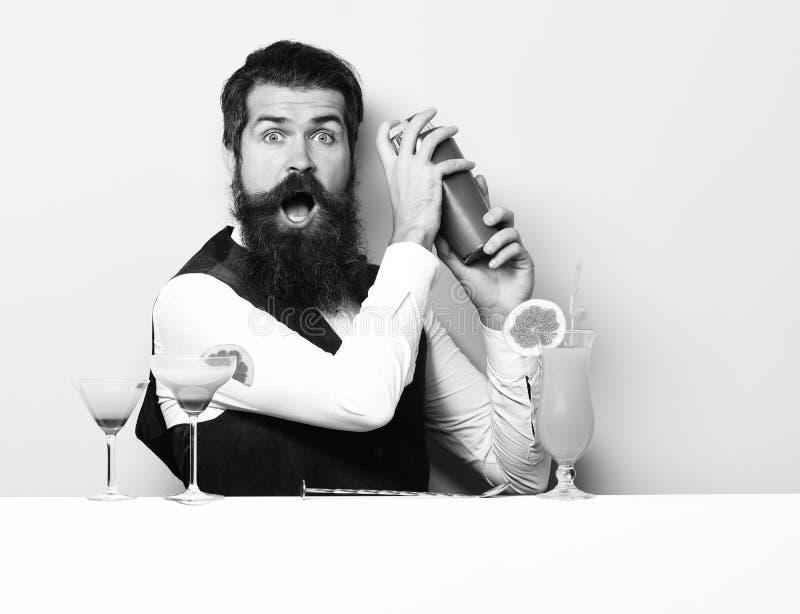 惊奇的英俊的有胡子的男服务员 库存照片