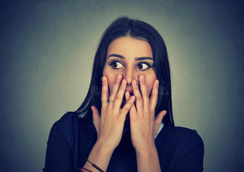 惊奇的震惊女孩覆盖物嘴画象用手 免版税库存照片