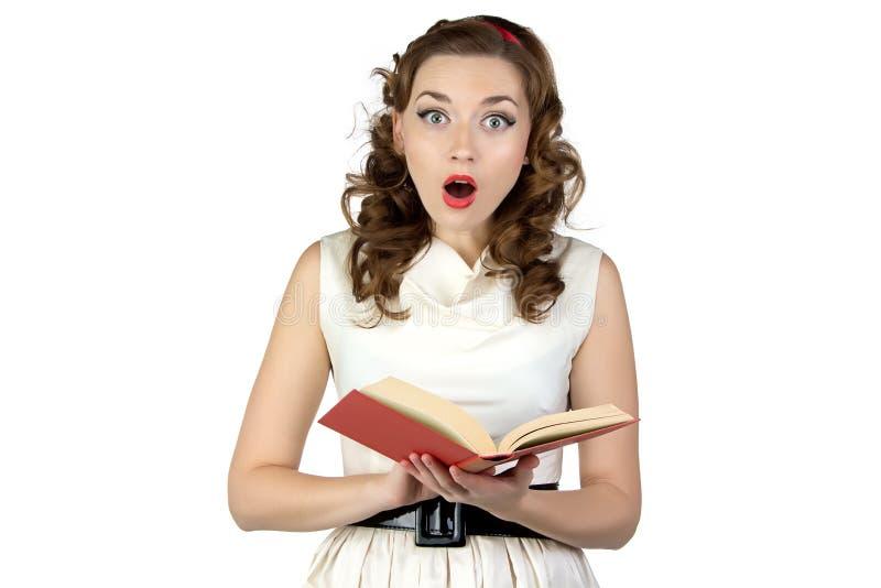 惊奇的画报妇女阅读书照片  免版税库存照片