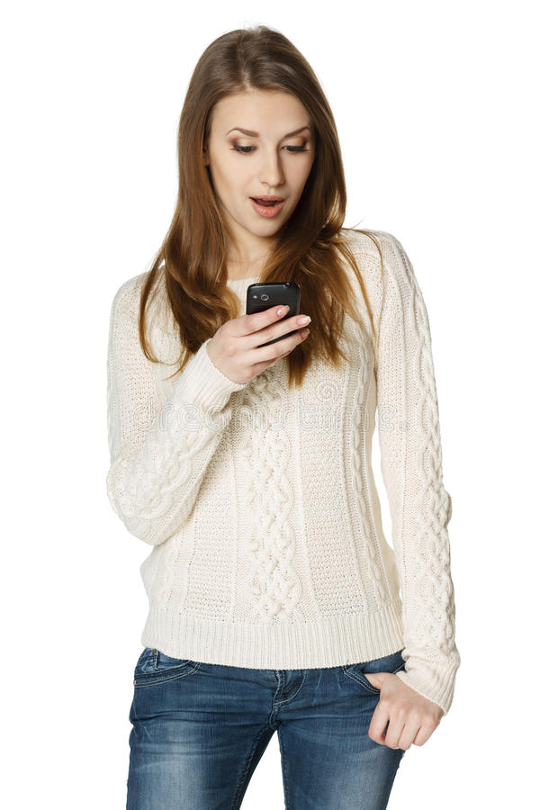 惊奇的youn妇女读sms 库存图片