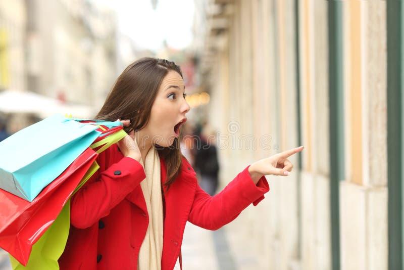 惊奇顾客观看的商店 免版税图库摄影