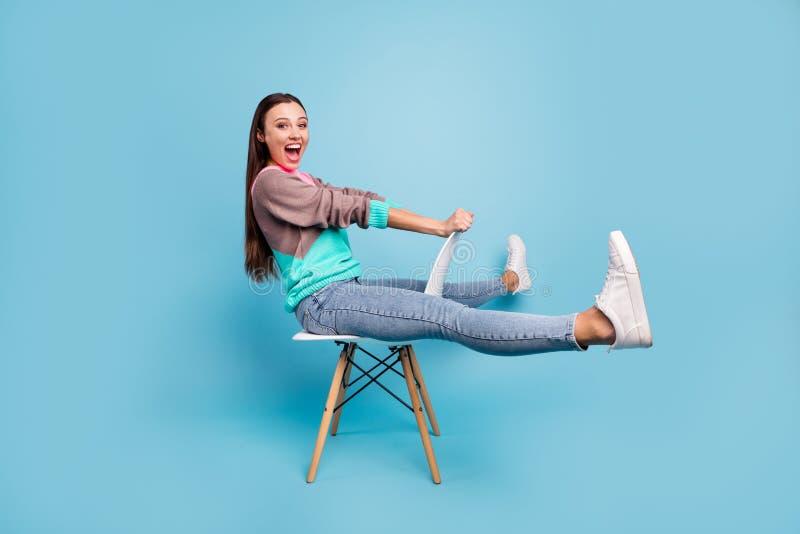 惊奇高兴的高兴的正面好的创造性的青少年的女孩想象全长照片赶走马或自行车的她 免版税库存照片