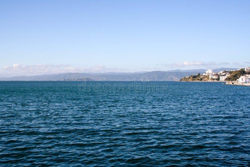惠灵顿港口、江边和澳洲国会大厦 免版税库存图片