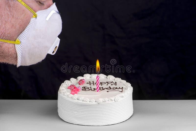想吹灭生日蛋糕蜡烛的人 免版税库存照片
