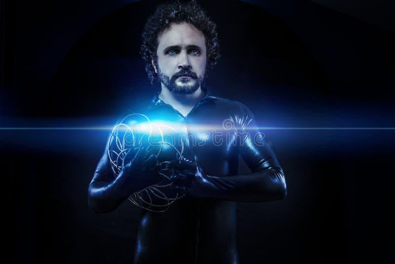 幻想和科幻,未来派战士在黑色穿戴了 免版税库存照片