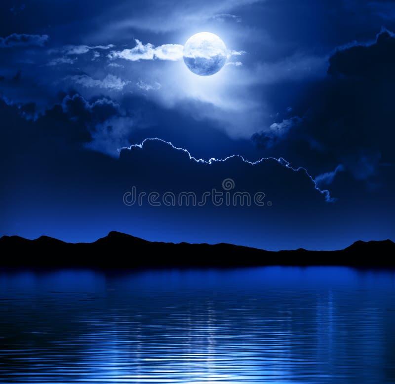 幻想月亮和云彩在水 皇族释放例证