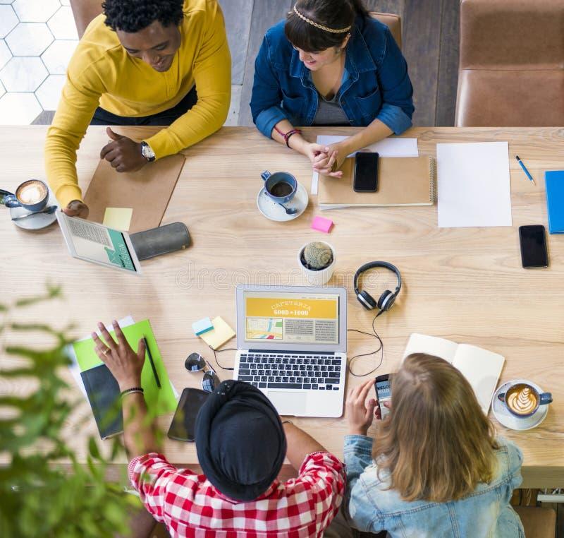 想法创造性计划办公室运作的咖啡馆概念 免版税库存照片
