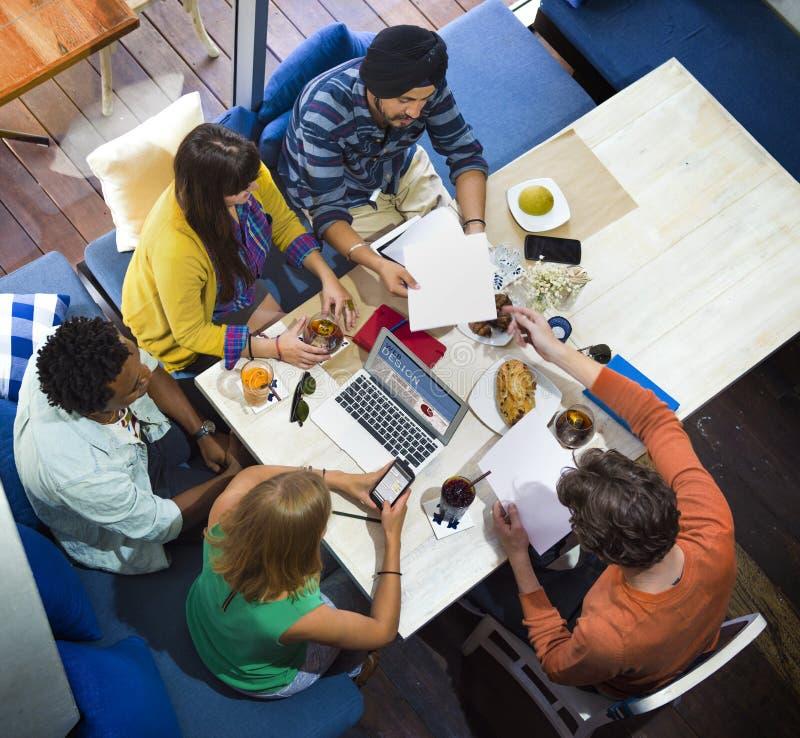 想法创造性计划办公室运作的咖啡馆概念 库存图片