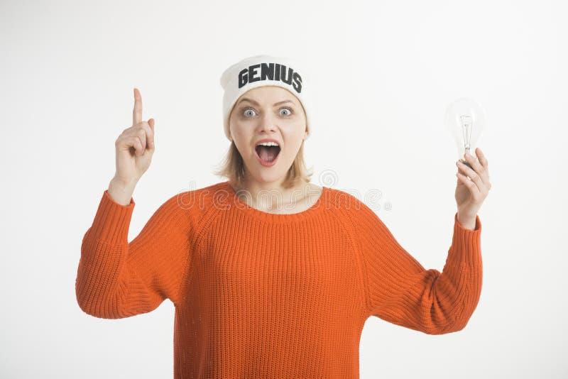 想法和创造性的概念 妇女点与手指,有想法,白色背景 帽子的夫人有天才词的,发现了 免版税库存图片