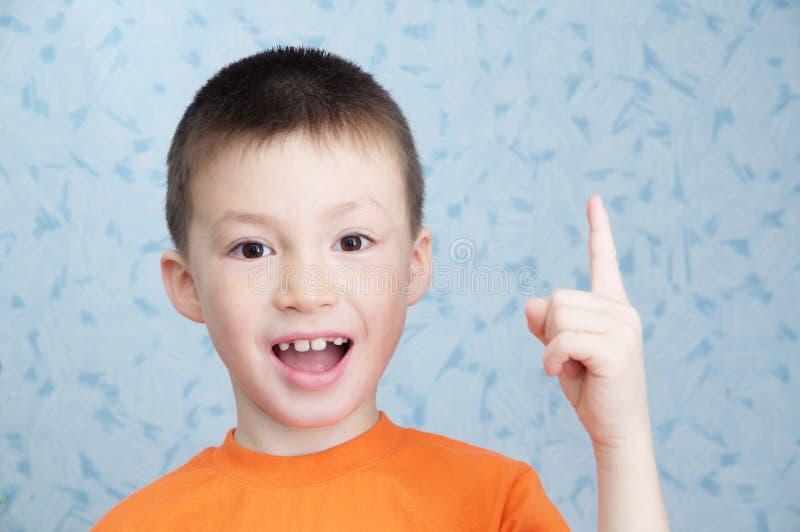 想法概念可爱的男孩画象特写镜头,解决问题概念 免版税库存照片