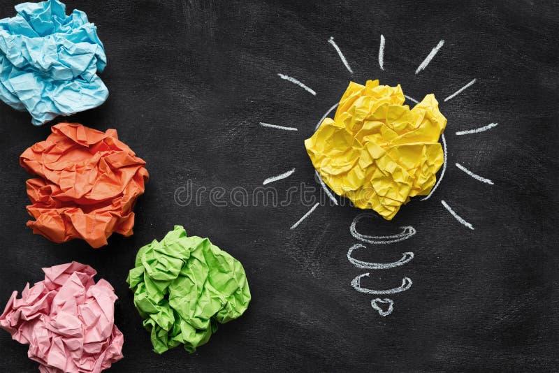 想法概念,在黑板的五颜六色的被弄皱的纸 免版税库存照片
