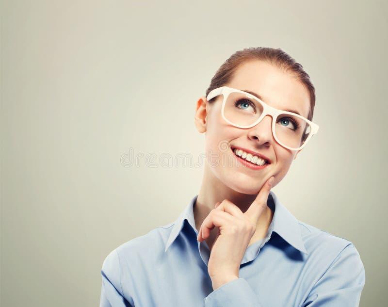想法的女商人佩带的白色镜片 免版税库存图片