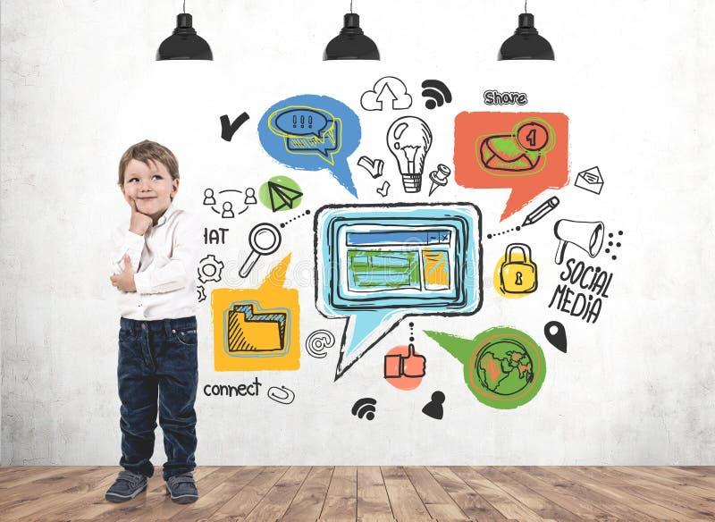 想法的小男孩,社会媒介 免版税图库摄影