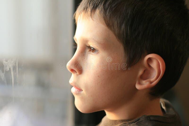 想法的新男孩与视窗反映 免版税图库摄影