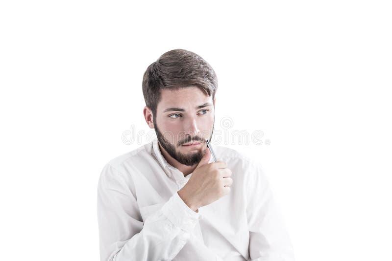 想法的有胡子的年轻商人看得斜向一边 免版税库存照片