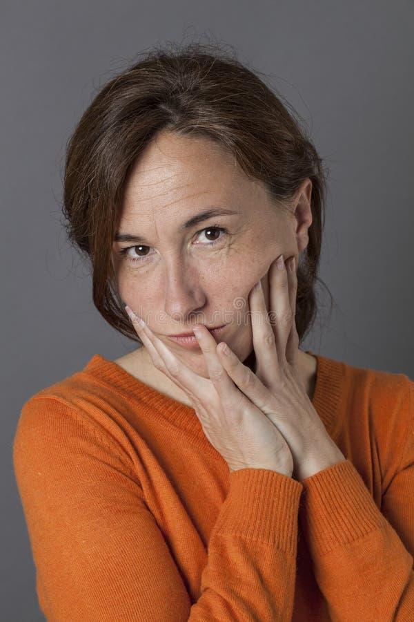 想法的美好的中部变老了看起来的妇女压下,哀伤或者疲乏 库存图片