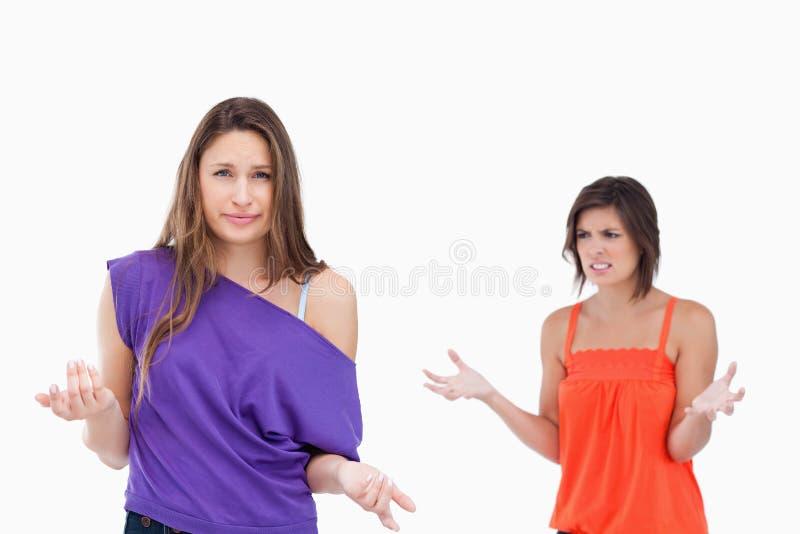 想知道她的朋友为什么的十几岁的女孩恼怒 免版税图库摄影