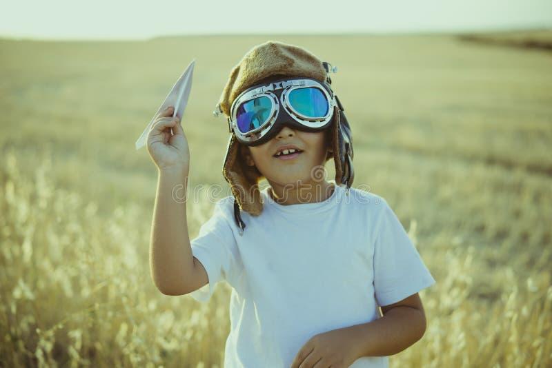 想象力,使用的男孩是飞机飞行员,有av的滑稽的人 免版税图库摄影