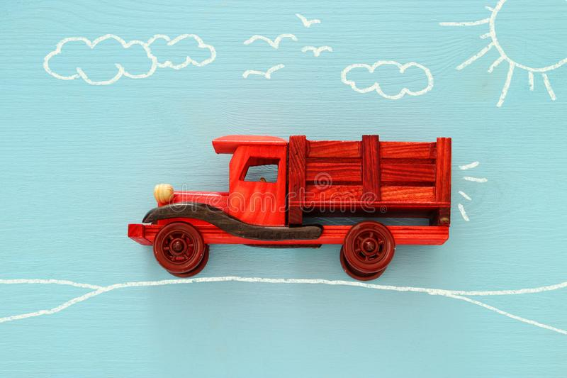 想象力,创造性,作梦和童年的概念 有信息图表剪影的老木玩具汽车在蓝色背景 库存照片